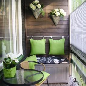 Oreillers verts comme dos d'un canapé