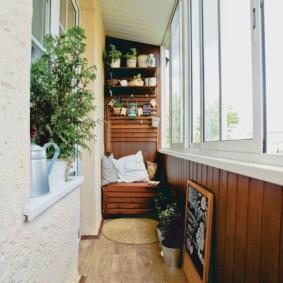 Fenêtres coulissantes sur un long balcon