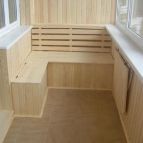 Boîte pour légumes sur le balcon avec garniture en bois