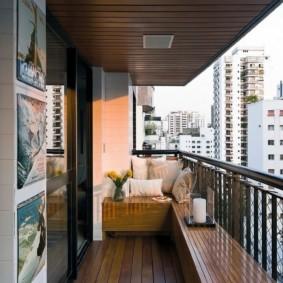 Garde-corps en métal sur le balcon sans fenêtres