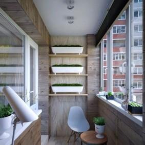 De longs conteneurs avec des herbes sur les étagères du balcon
