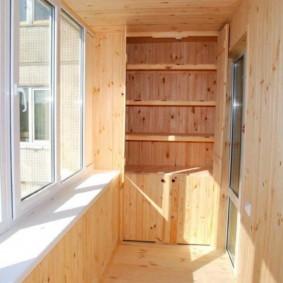 Armoire avec étagères en bois sur les loggias d'un appartement de deux pièces