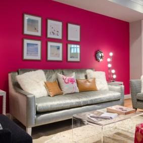 Mur rose dans un petit salon