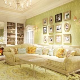 Collection de photos de famille sur le mur du salon