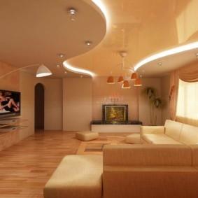 Plafond à deux niveaux dans le hall d'un appartement de trois pièces