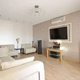 Salon moderne avec un minimum de meubles rembourrés
