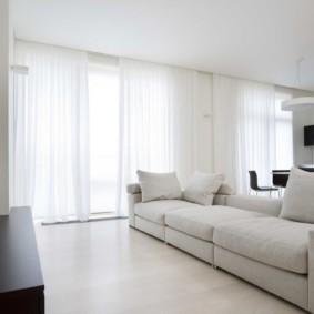 Rideaux en tulle blanc sur fenêtres panoramiques