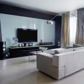 Canapé direct au milieu du salon spacieux