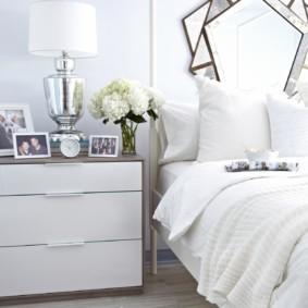 Table de chevet avec une façade blanche