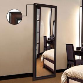 Miroir au sol avec cadre noir