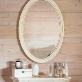 Miroir ovale sur un mur de bar