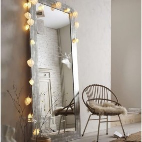 Éclairage décoratif du miroir au sol