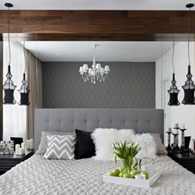 Mur miroir sur le lit dans la chambre