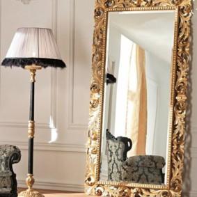 Cadre plaqué or sur le miroir au sol