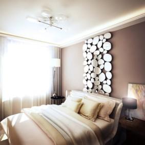 Panneau miroir sur le lit dans la chambre