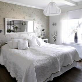 Papier peint à fleurs dans la chambre