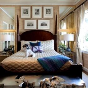 Vieilles photos au-dessus du lit dans la chambre