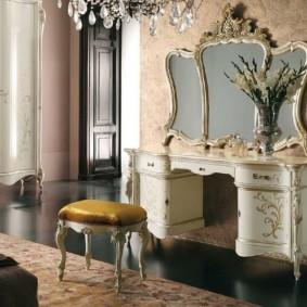 Coiffeuse dans une chambre de style classique