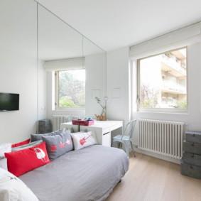 Chambre lumineuse avec des murs blancs