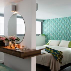 Papier peint turquoise sur le mur de la chambre