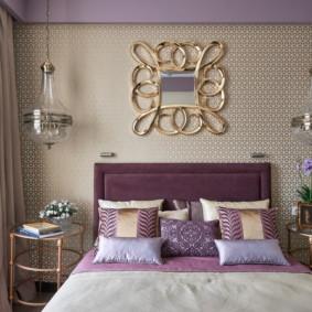 Petite chambre avec un grand lit