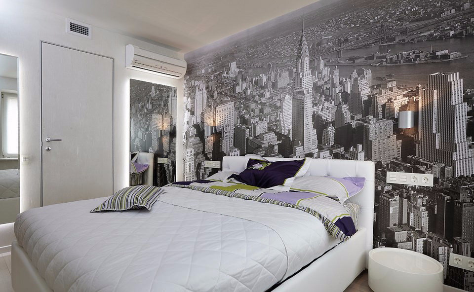 Chambre simple avec des peintures murales sur le mur