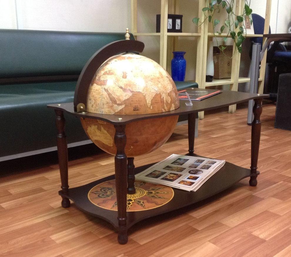Globe bar dans une table basse