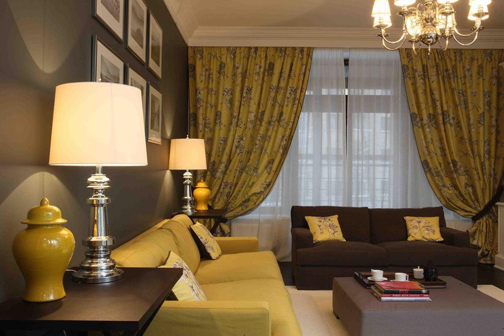 Rèm mù tạt trong phòng khách với ghế sofa khác nhau