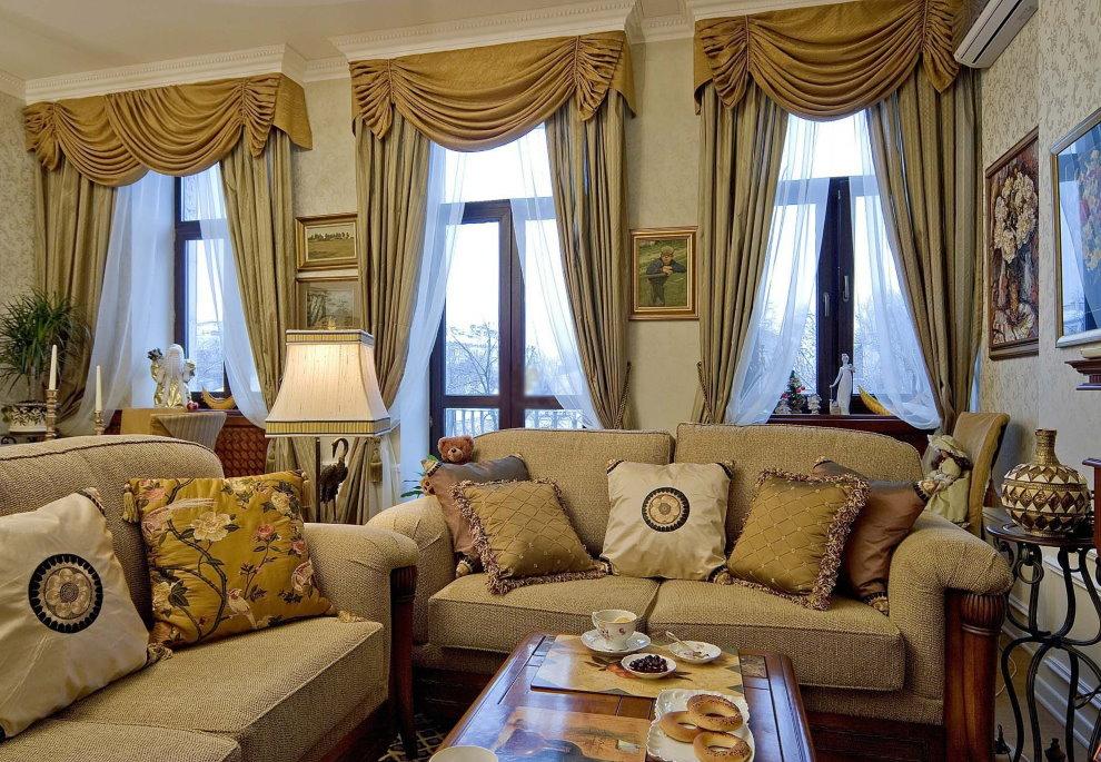 Rèm cửa cổ điển với lambrequin trong phòng khách của một ngôi nhà riêng