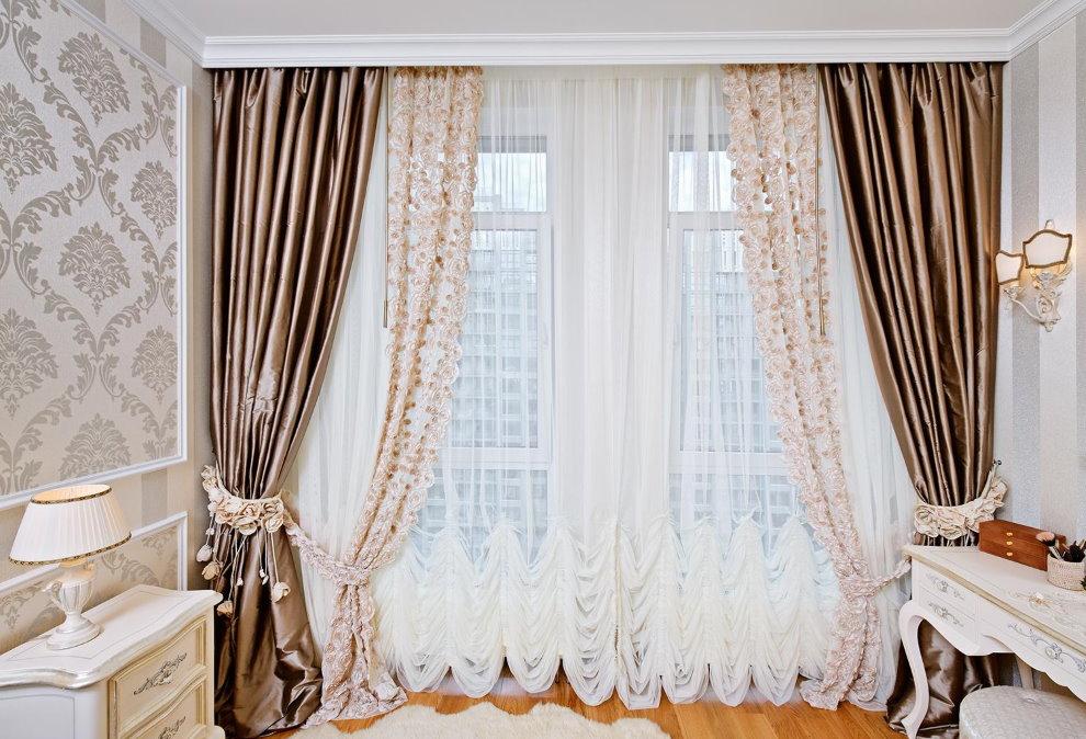 Décoration de fenêtre en tulle dans un salon de style classique