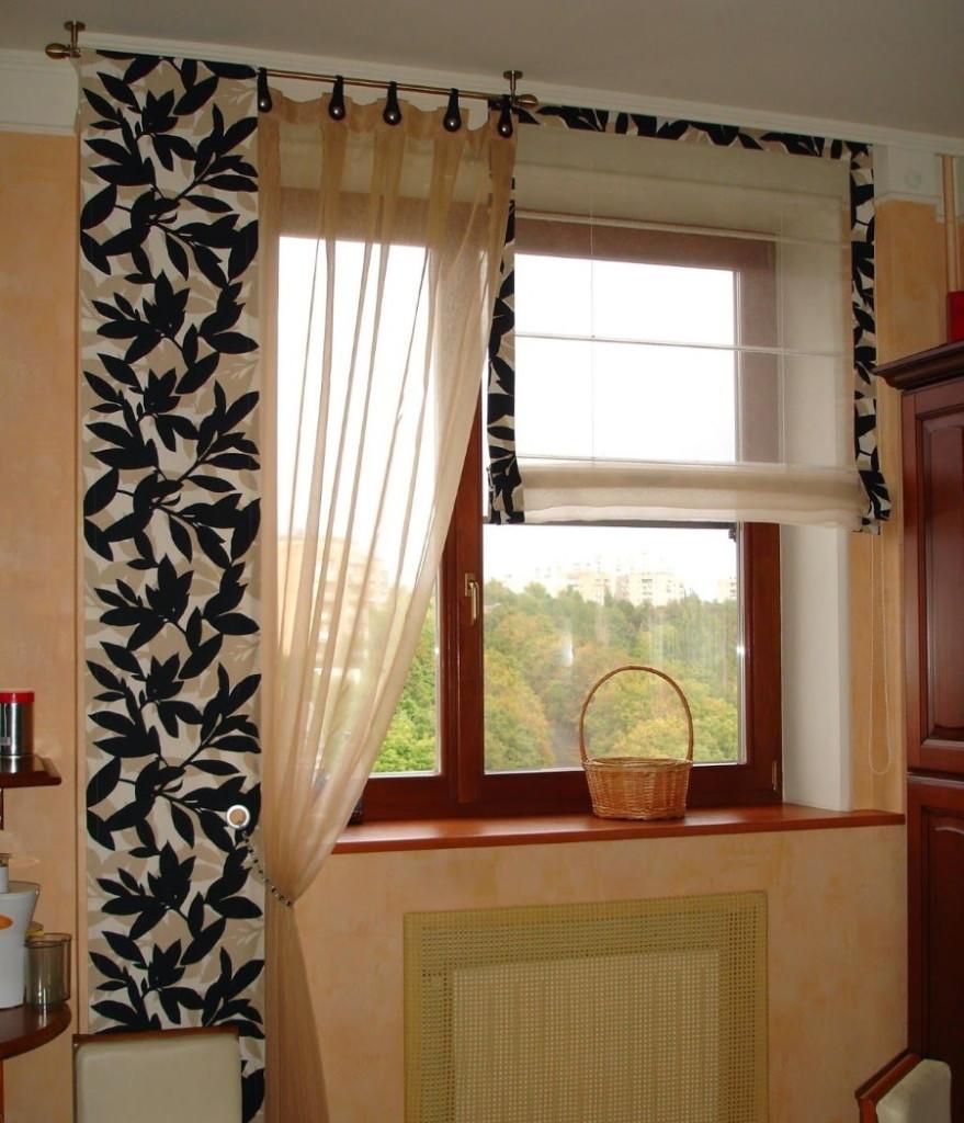 Rideaux faits maison sur un côté de la fenêtre de la cuisine