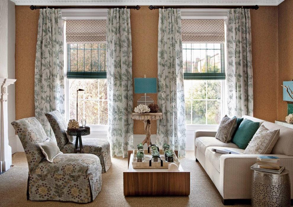 Một sự kết hợp của rèm cửa La Mã và rèm cửa thẳng trên cửa sổ phòng khách