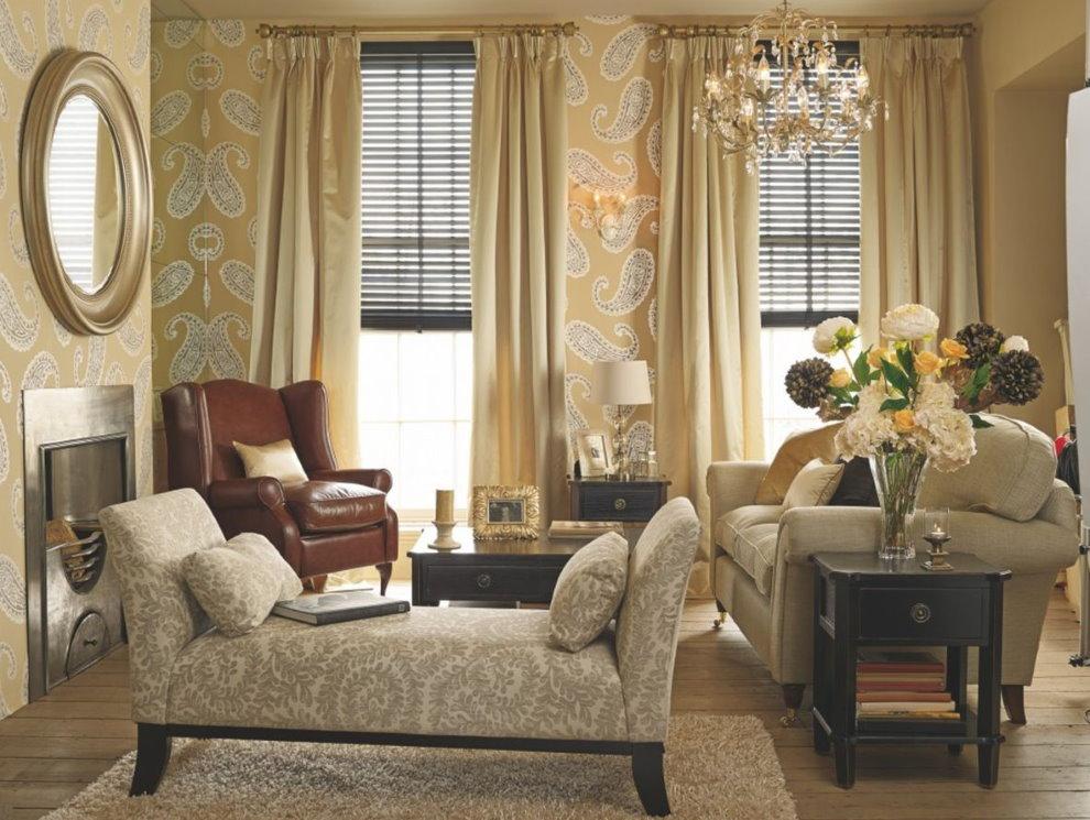 Rèm cửa màu be trong phòng khách với giấy dán tường vinyl