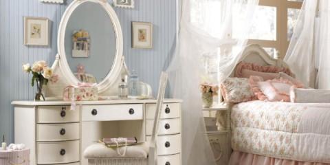 commode avec un miroir dans la chambre