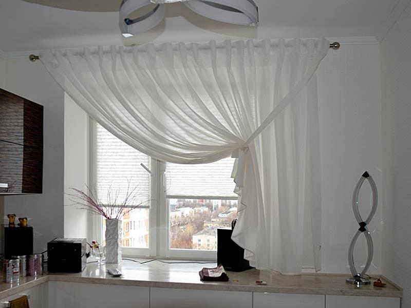 Rideau court sur un côté de la fenêtre de la cuisine