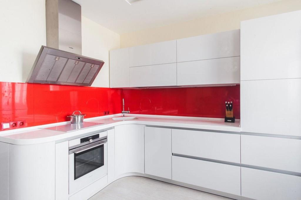 Tablier rouge dans la cuisine avec évier d'angle