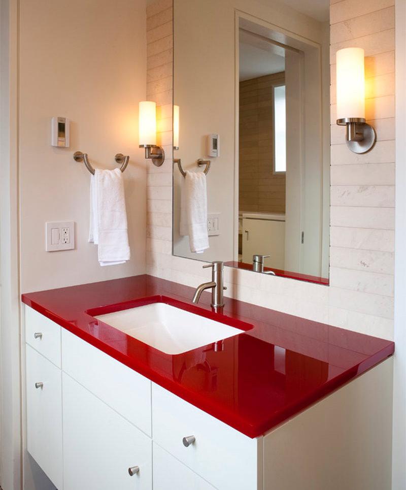 Bồn rửa trắng ở mặt bàn màu đỏ