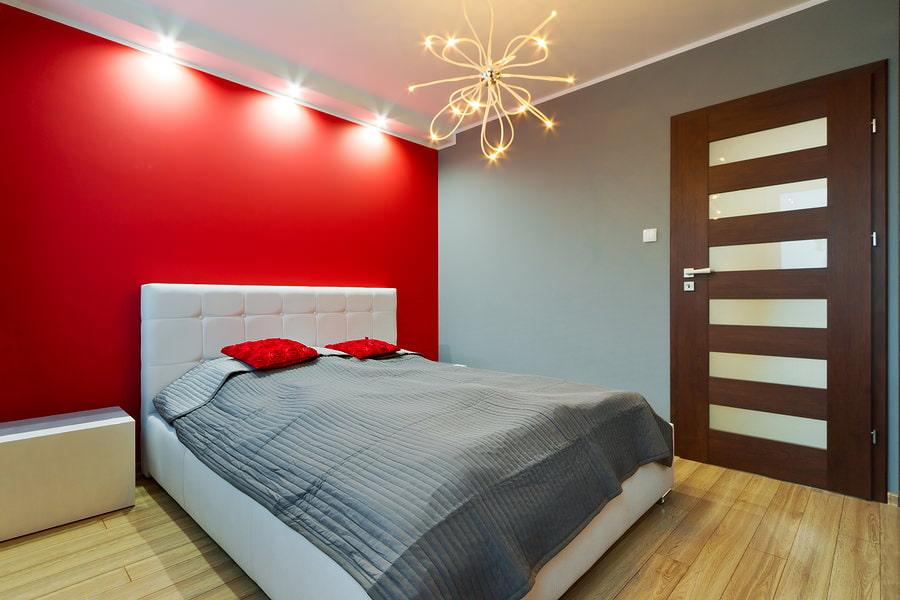 Chambre rouge et grise dans un style moderne