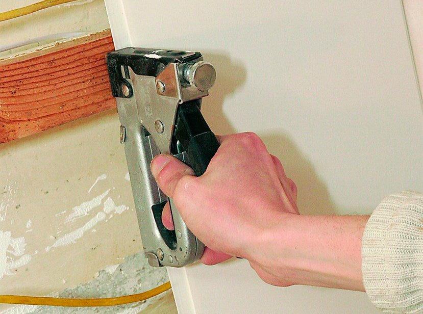Montage du panneau PVC avec supports sur une caisse en bois