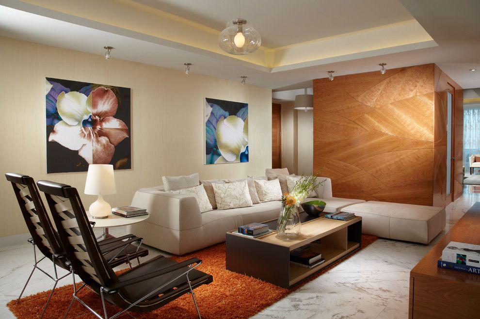 Peintures lumineuses sur le mur du salon