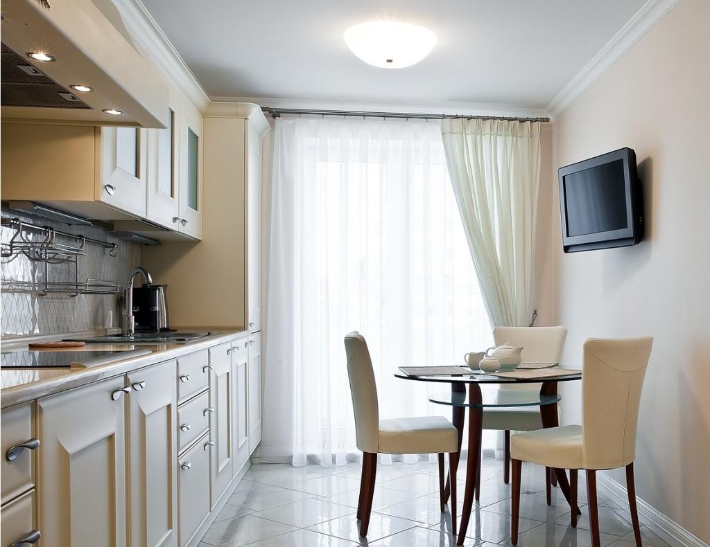 La combinaison de rideaux avec des meubles dans la cuisine