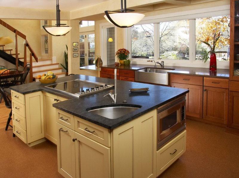 Évier d'angle dans l'îlot de cuisine