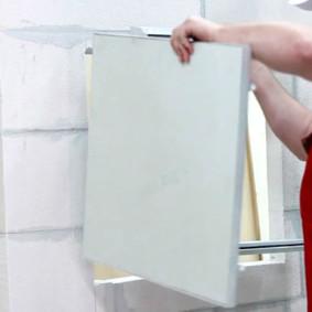 Installation de la trappe de pression dans l'ouverture du mur