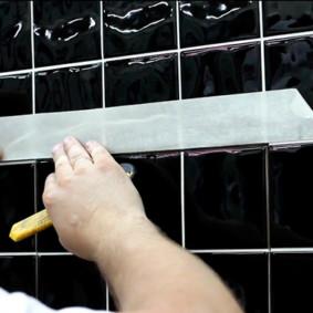 Montage du carreau sur la porte de la trappe de pression