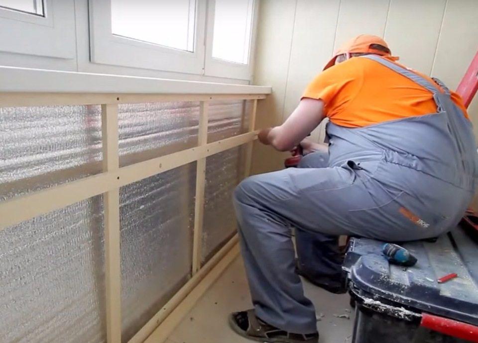 Installation à faire soi-même d'une caisse en bois sous les panneaux du balcon