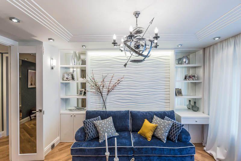 Canapé bleu dans une pièce de style marin