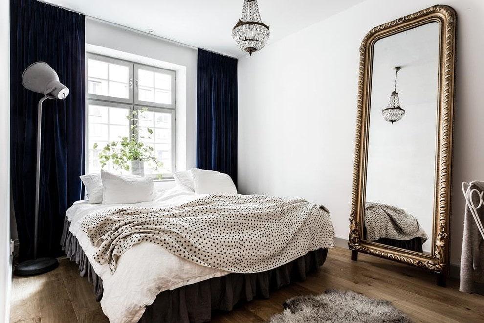 Chambre avec miroir au sol