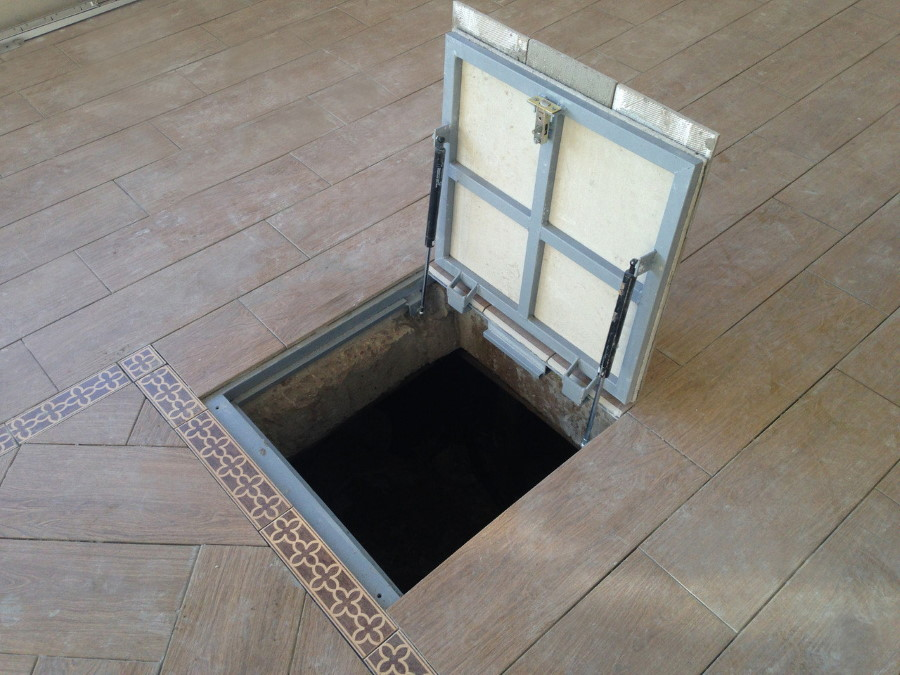 Trappe de plancher en acier au sous-sol d'une maison privée
