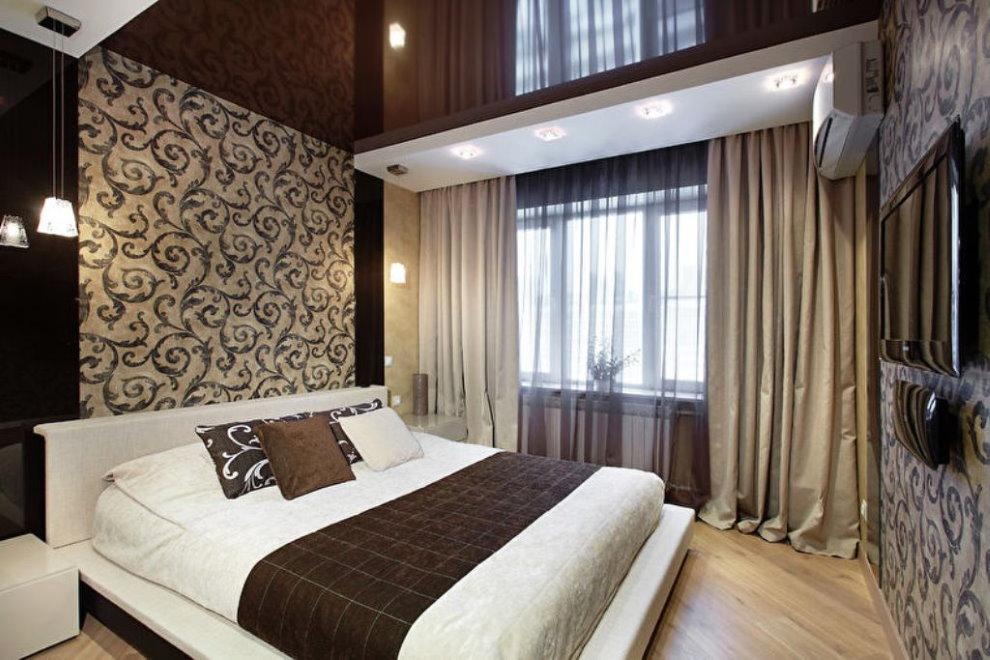 Plafond tendu sombre dans la chambre avec des rideaux bruns