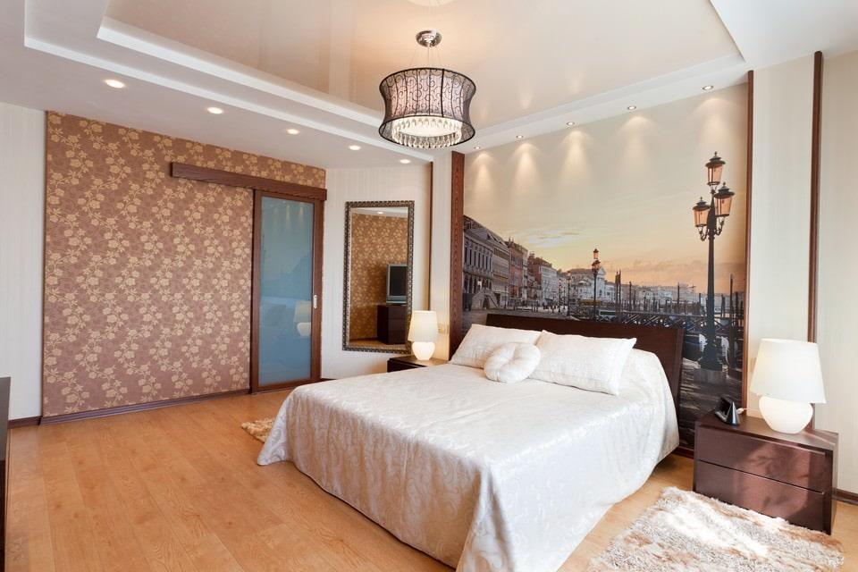 plafonds suspendus dans la chambre avec lampes